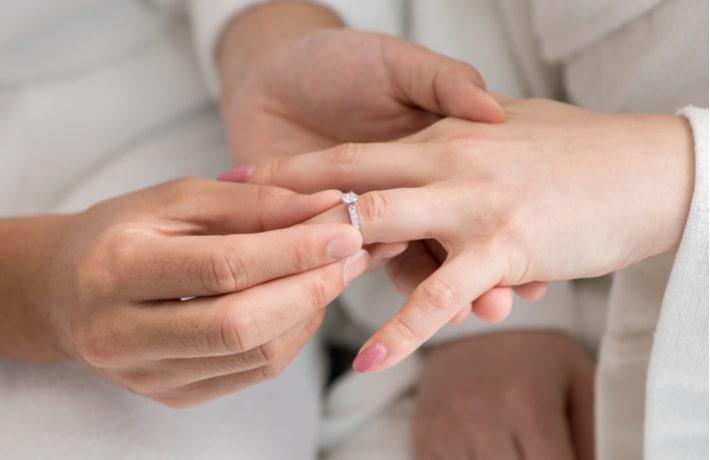 結婚指輪をする新郎新婦